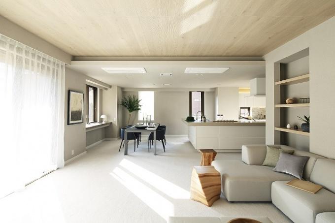 「広尾ガーデンヒルズ」の「R100 TOKYO」モデルルーム。内装は、同社が用意する9つのセレクトプランのうち「HOLIDAY」を採用。建具やキッチンは自然素材を採用(専有面積145.73平方メートル、間取り3LDK+WIC+RoofBalcony、販売価格は3億5
