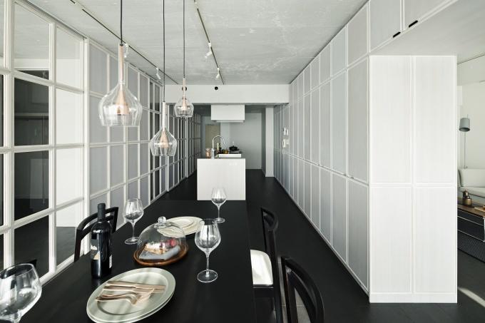 コンクリート打ち放し仕上げの「大空間」を格子の壁や収納で仕事場と居住空間をゆるやかに区切り、都心の職住一体空間を提案している(写真提供:(株)リビタ)