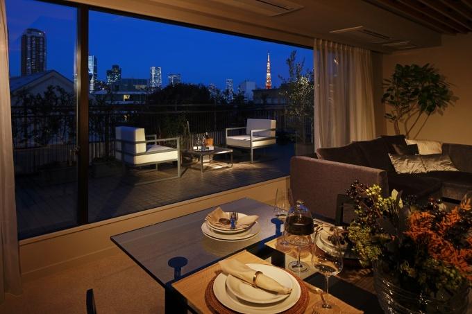 有栖川宮記念公園の広大な緑や東京タワーや六本木の高層ビル群といった眺望を生かし、窓は大開口としている(写真提供:(株)リビタ)
