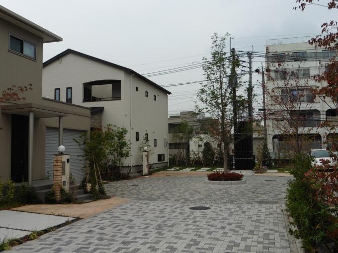 住宅街区では、クルドサックを設けて歩行者の安全を確保すると共に、先端部分にコモンを設けて住民の憩いの場にする