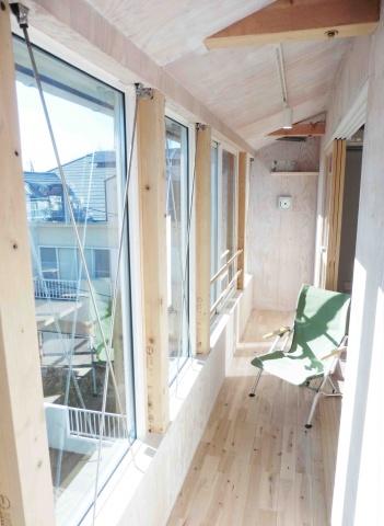 増築されたサンルーム。日当たりが良く、心地よい空間になっている
