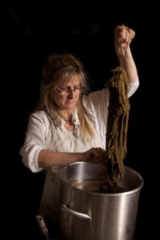 植物染料で糸を染めるシャーロット。メイワのスタジオにて(写真提供:メイワ・ハンドプリンツ photo curtesy Maiwa Handprints)