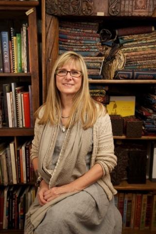 シャーロットは自然素材、植物染料、そして手仕事を重要視し、彼女自身それらの製品を常に身につけている(写真提供:メイワ・ハンドプリンツ photo curtesy Maiwa Handprints)