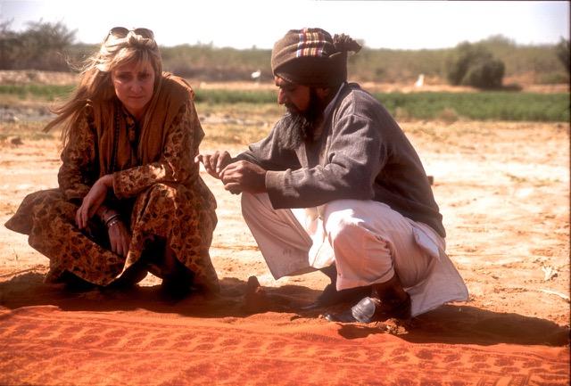 インドの村々を訪れ、工芸家や職人達と話し合うシャーロット。伝統を守り継続することに力を注ぐ(写真提供:メイワ・ハンドプリンツ photo curtesy Maiwa Handprints)