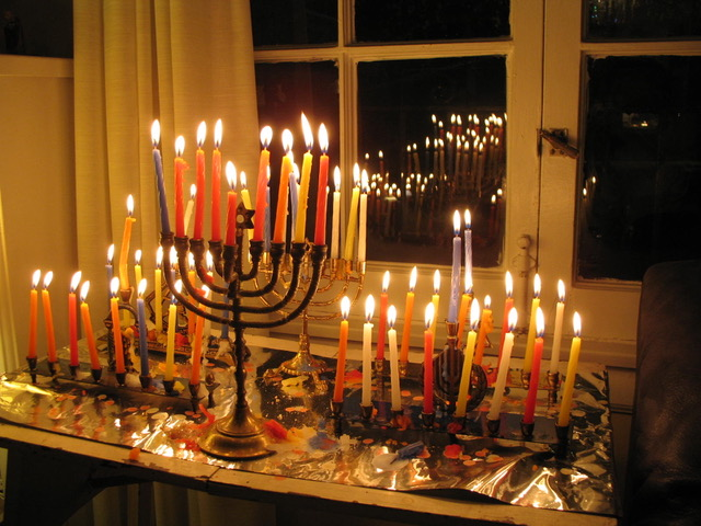 ろうそくを毎日灯して祈りを唱えるユダヤ教の光の祭り