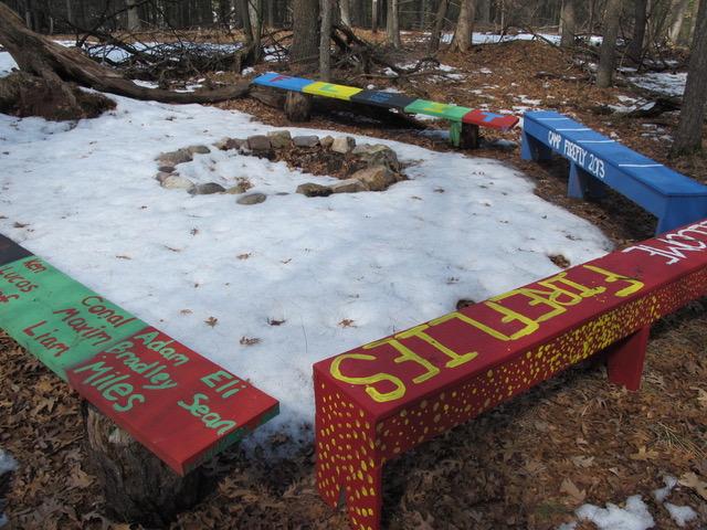 子供達が各人の願いを込めながらペイントしたという林間学校の戸外のベンチ(ウィスコンシン州ディル市)