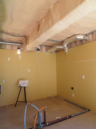 カスタム可能住戸は、内装を仕上げない状態で引き渡す。平均的な内装コストは数千万円。現代の分譲マンションに見合う断熱性を確保するため、吹き付け断熱を施工している