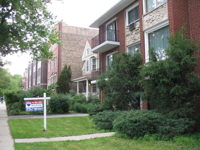 従来通りのセールスの方法で、「家売ります」のサインが立つ一戸建て住宅(イリノイ州シカゴ市)