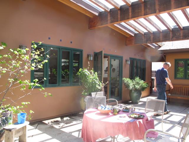 パティオにテーブルを出して、ブランチや午後のお茶を楽しめる設定をしておく(カリフォルニア州カピストラノ市)