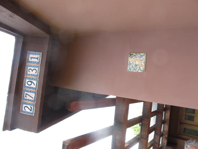 イタリア土産のタイルを壁に埋め込んだり、壁の色を塗り替えてモダンでおしゃれに模様替えをした友人宅。常に新鮮に家を保つ努力が売る時に実ってくる(カリフォルニア州カピストラノ市)