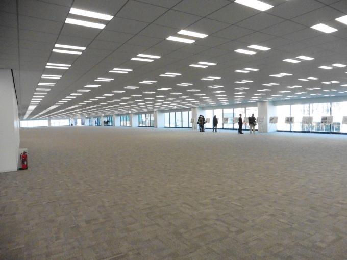 間口が最長で113.6mに及ぶ大規模オフィス。1フロアすべて借りている企業もある