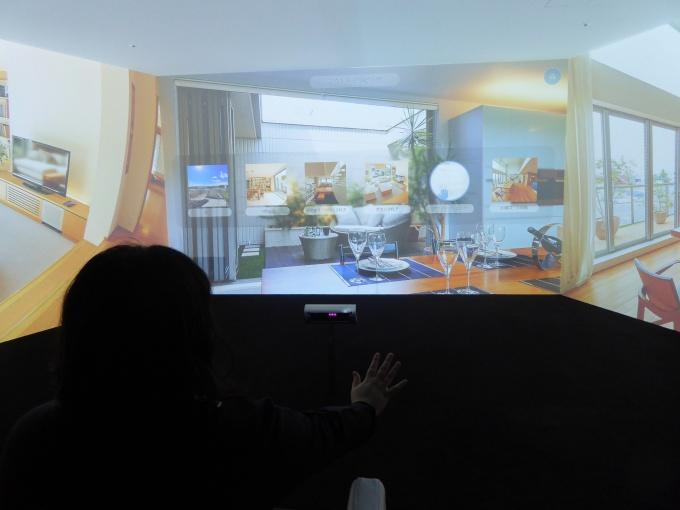 体験型シアタールーム「HEBEL HAUS TOKYO PRIME SQUARE」の様子。手を動かして、見たい展示場を選択できる