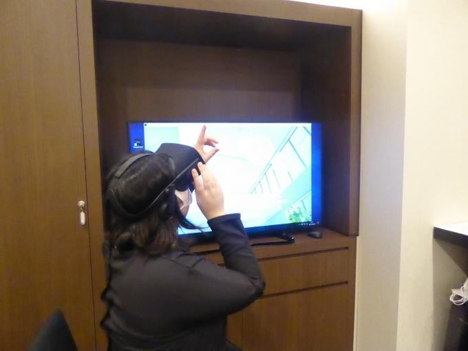 OculusRiftのVRシステムも用意。これは、実際の部屋の中にいるかのような没入感を伴った体験ができる。パソコンのモニタには体験者が見ている映像が映し出され、営業担当者が説明したりすることもできる