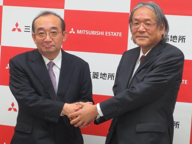 社長交代会見で握手を交わす、現社長の杉山博孝氏(写真右)と新社長となる吉田淳一氏(写真左)