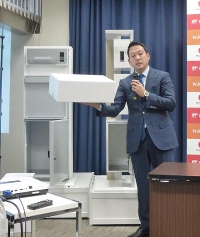 新型宅配ボックスについて説明する(株)ナスタ代表取締役社長の笹川順平氏。メール便、宅配便、書留、配送の4つの機能を持つ