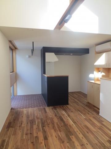 室内は無垢フローリングをはじめ、天然素材による手作り感漂う空間。とにかく、天井方向の開放感がすごい