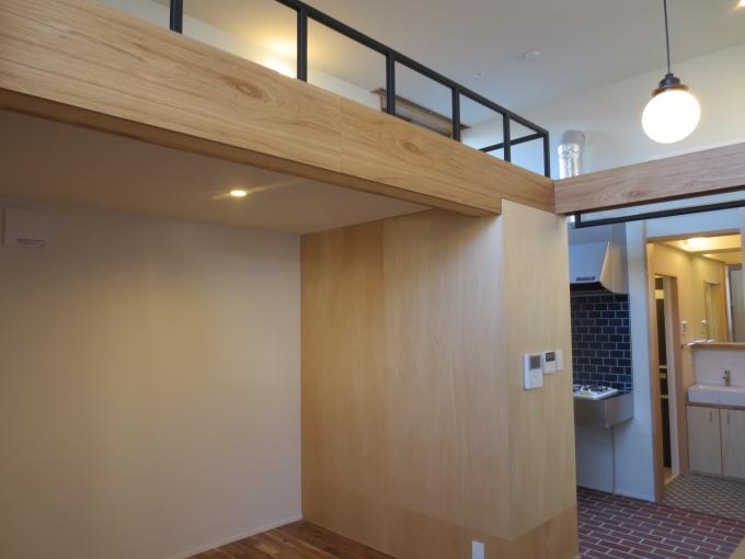 ワンルームは、階高をいかしたロフト付き。一般的なワンルームアパートのロフト空間は天井が頭に当たるが、ここのロフトはその心配は一切ない