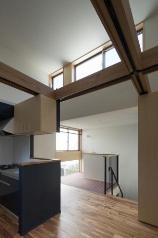 メゾネット2階のLDK。高い吹き抜け空間が介抱的。天窓からは明るい陽が入る