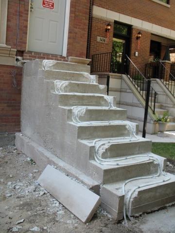 冬季に階段が凍らないように熱線を仕込んで仕上げる。氷で滑るのは危険が多いので、改築する家が多い