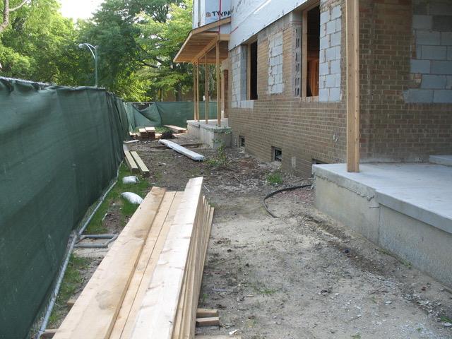 地下室から改築するので、大仕事になる。しかし壊して建て直すのでなく、部分的に残して改築している