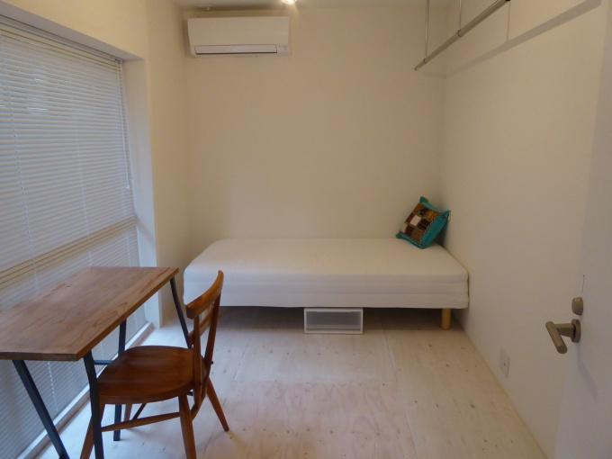 専有部は、ベッド、収納などを標準装備(写真は8.28平方メートル、5万3
