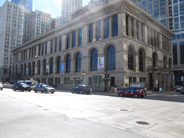 ミシガン通りから眺めたシカゴ文化センター。3階建てに見えるが、実際は5階建て。1m近い厚さの石材使用で110年の風雨にびくともしない(イリノイ州シカゴ市。以下同)
