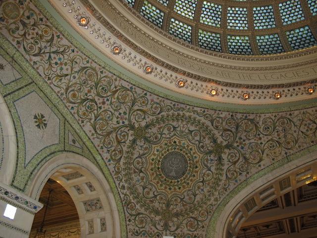 ドームの下の部屋の部分。大理石と色ガラスや金箔、貝殻などが嵌め込まれている