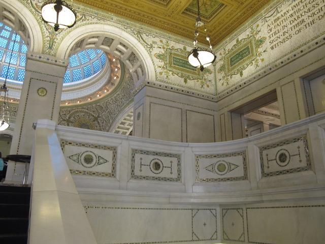階段、壁、天井、すべて純白の大理石。ミケランジェロが彫刻に使ったのと同じイタリアの採掘場から運ばれた