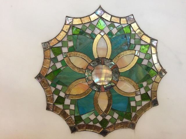 大理石にほどこされた装飾の細部。色ガラス、金箔、真珠貝などすべて100年前に熟練した職人の手で製作された