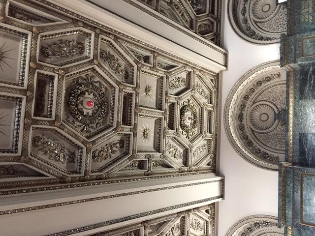 天井も精巧な細工がさまざまな金属で装飾されている